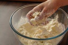 Pasta de mezcla con las manos Fotos de archivo libres de regalías