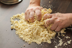 Pasta de mezcla con las manos Fotografía de archivo libre de regalías