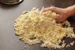 Pasta de mezcla con las manos Fotos de archivo