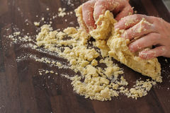 Pasta de mezcla con las manos Imagen de archivo