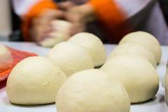 Pasta de pan de los bollos lista para cocer Foto de archivo