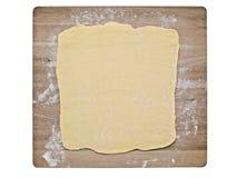 Pasta de pasta de hojaldre en tablero de la hornada Fotografía de archivo