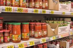 Pasta de tomate em prateleiras do supermercado Fotografia de Stock