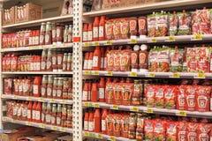 Pasta de tomate em prateleiras do supermercado Fotos de Stock Royalty Free