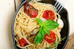 Pasta degli spaghetti con i pomodori ciliegia al forno ed il basilico Fotografia Stock Libera da Diritti