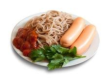 Pasta degli spaghetti con ketchup e le salsiccie Immagini Stock Libere da Diritti