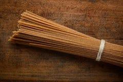 Pasta degli spaghetti del grano intero di Brown Fotografia Stock Libera da Diritti