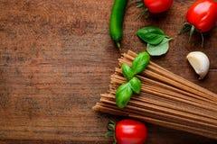 Pasta degli spaghetti del grano intero di Brown sullo spazio della copia Immagini Stock