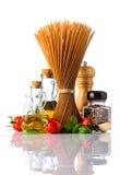Pasta degli spaghetti di Brown con le spezie su fondo bianco Fotografia Stock Libera da Diritti
