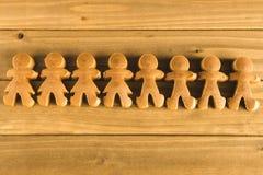 Pasta degli uomini di pan di zenzero su fondo di legno Fotografia Stock Libera da Diritti