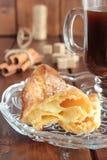 Pasta dei choux della pasticceria con cannella e una tazza di caffè Immagini Stock Libere da Diritti