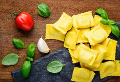 Pasta dei ravioli con la cottura degli ingredienti Fotografia Stock