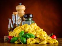 Pasta dei tortellini con la cottura degli ingredienti Fotografia Stock Libera da Diritti