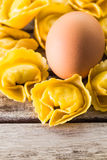 Pasta dei tortellini con un uovo Fotografie Stock