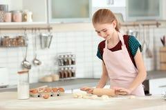 Pasta del balanceo del adolescente en la tabla Imagen de archivo