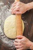 Pasta del balanceo con el rodillo Imagen de archivo libre de regalías