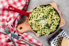 Pasta del carciofo degli spinaci con formaggio fotografia stock