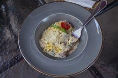 Pasta del Fettuccine con i funghi, il formaggio e la salsa cremosa su un g immagini stock libere da diritti