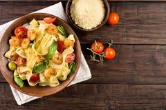 Pasta del Fettuccine con il punto di vista superiore del gamberetto fotografia stock libera da diritti