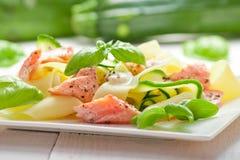 Pasta del Fettuccine con il salmone e lo zicchini Immagini Stock
