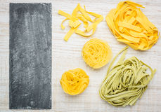 Pasta del Fettuccine di Tagliolini di tagliatelle e spazio della copia Fotografie Stock