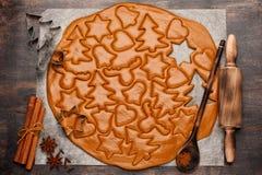Pasta del fondo de la hornada de la Navidad, cortadores de la galleta y especias Fotografía de archivo