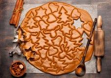 Pasta del fondo de la hornada de la Navidad, cortadores de la galleta y especias Imagenes de archivo