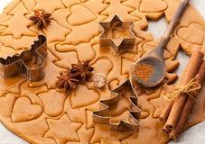 Pasta del fondo de la hornada de la Navidad, cortadores de la galleta y especias Imágenes de archivo libres de regalías