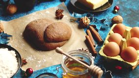 Pasta del pan de jengibre colocada entre los diversos ingredientes Concepto de la hornada de la Navidad almacen de video