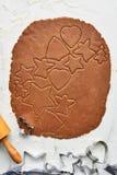 Pasta del pan de jengibre con el diverso recorte de la galleta de la forma imágenes de archivo libres de regalías