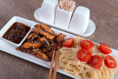 Pasta del primo piano con il pollo e la salsa acido-dolce Fotografia Stock Libera da Diritti