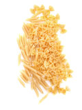 Pasta del rigate di Penne, isolata su un fondo bianco Tagliatelle gialle fresche, crude, organiche e luminose del farfalle e di P Fotografie Stock