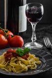 Pasta del semolino con la salsa, l'aglio ed il basilico piccanti del pomodoro Fotografie Stock