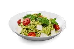 Pasta deliziosa con le verdure sul piatto bianco sopra Immagine Stock