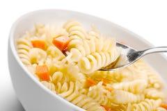 Pasta deliziosa con le verdure sul piatto bianco sopra Immagini Stock