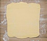 Pasta della pasta sfoglia sul bordo di cottura Immagine Stock Libera da Diritti