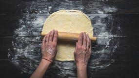 Pasta della pizza di rotolamento Fotografie Stock Libere da Diritti