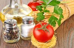Pasta della regolazione con il pomodoro e l'aglio Immagini Stock Libere da Diritti