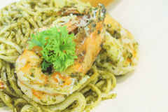 Pasta della salsa di pesto degli spaghetti del pettine e del gamberetto Immagini Stock Libere da Diritti