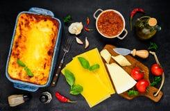 Pasta delle lasagne al forno con la cottura degli ingredienti Fotografie Stock Libere da Diritti