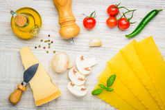 Pasta delle lasagne al forno ed ingredienti di cottura Immagini Stock