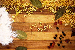 Pasta di amore dell'iscrizione fatta dalla pasta della minestra di alfabeto Fotografia Stock