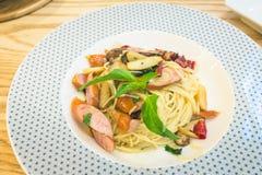 Pasta di Capellini con i funghi e la salsiccia Immagine Stock