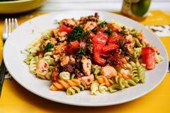 Pasta di color salmone con i pomodori secchi Fotografia Stock