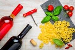 Pasta di Conchiglie Rigate con rosso e Rose Wine Immagine Stock