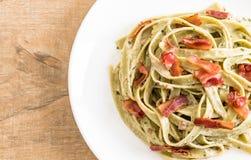 pasta di fettuccini degli spinaci con bacon fotografie stock