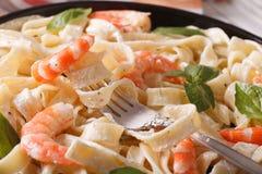 Pasta di Fettuccini in salsa crema con la macro del gamberetto orizzontale Fotografie Stock Libere da Diritti