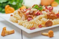 Pasta di Fusilli con i funghi ed il bacon Fotografie Stock