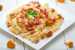 Pasta di Fusilli con i funghi ed il bacon Fotografia Stock Libera da Diritti