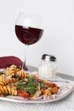 Pasta di Fusilli con i pomodori e gli spinaci freschi del bambino Immagini Stock